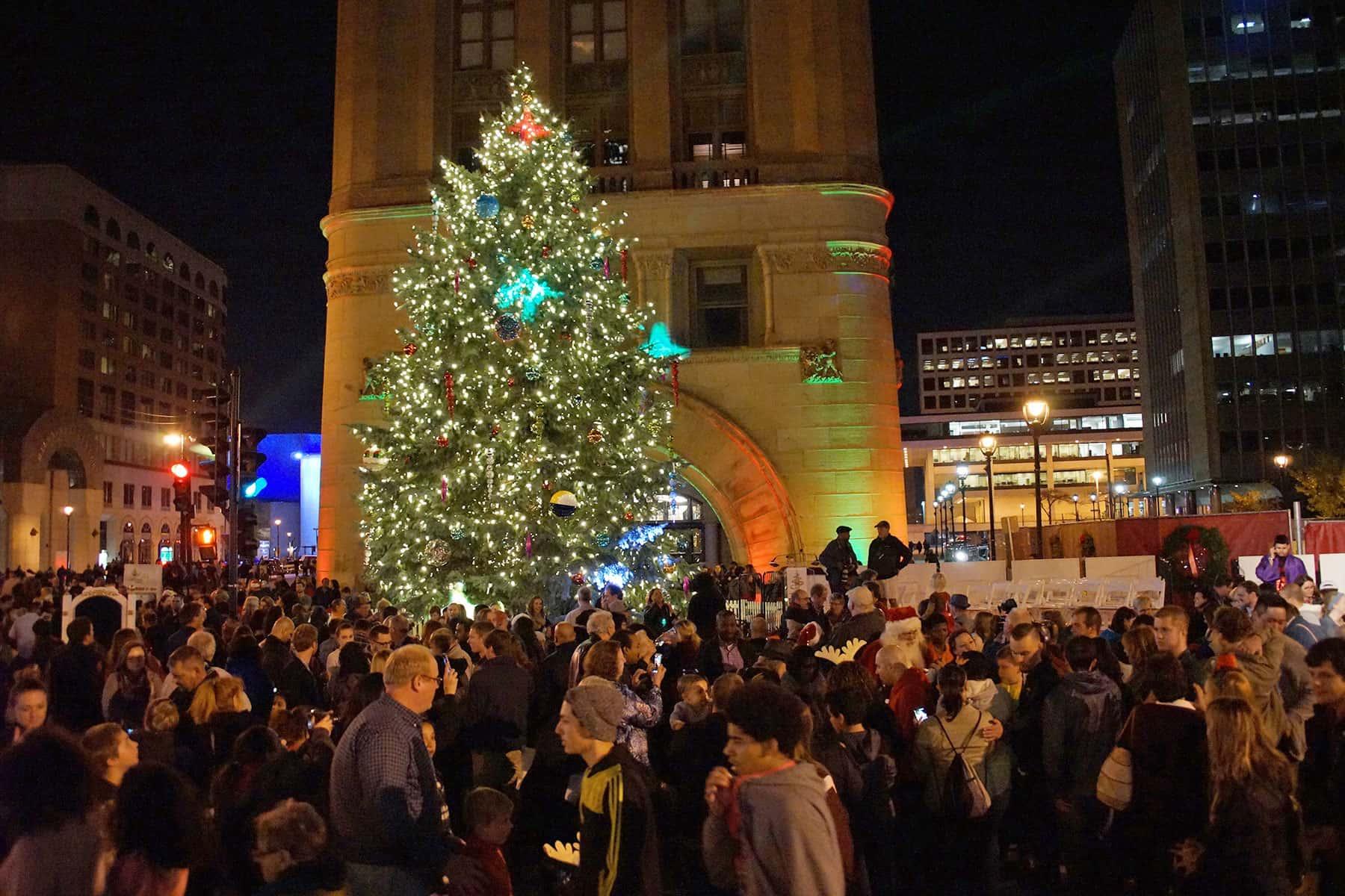 Tree lighting kicks-off the 2016 holiday season | The Milwaukee ...