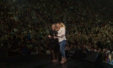 Singer Kelly Clarkson honors MCTS Driver during Wisconsin concert