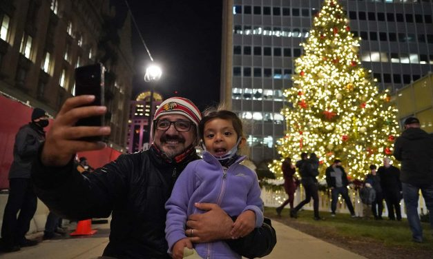 City of Milwaukee welcomes holiday season with 107th Christmas Tree lighting