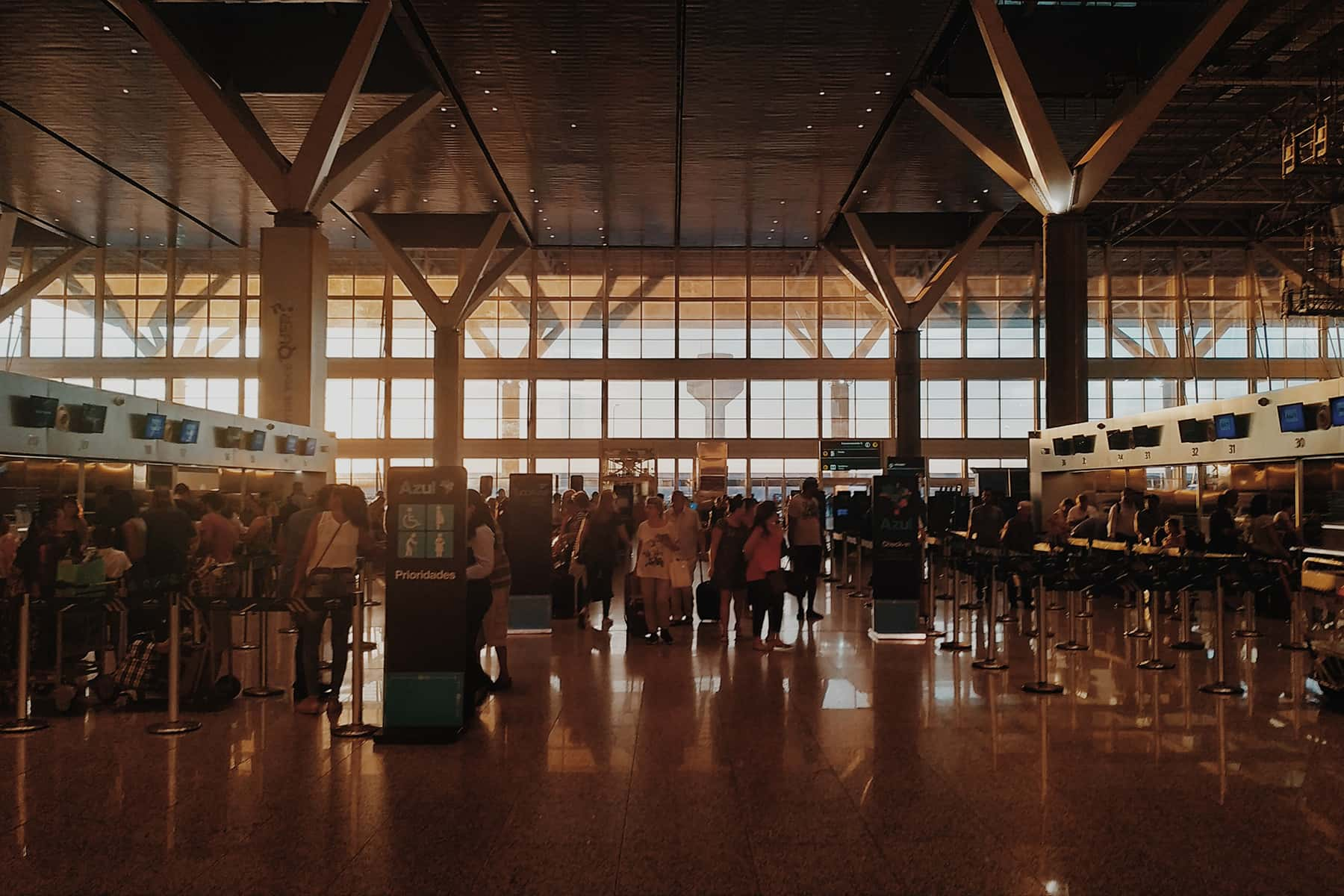 090521_AirportCrowd_02